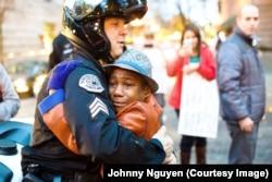 警司布赖特•巴纳姆和男孩德文特•哈特在波特兰的抗议乱局中拥抱在一起。(资料照)