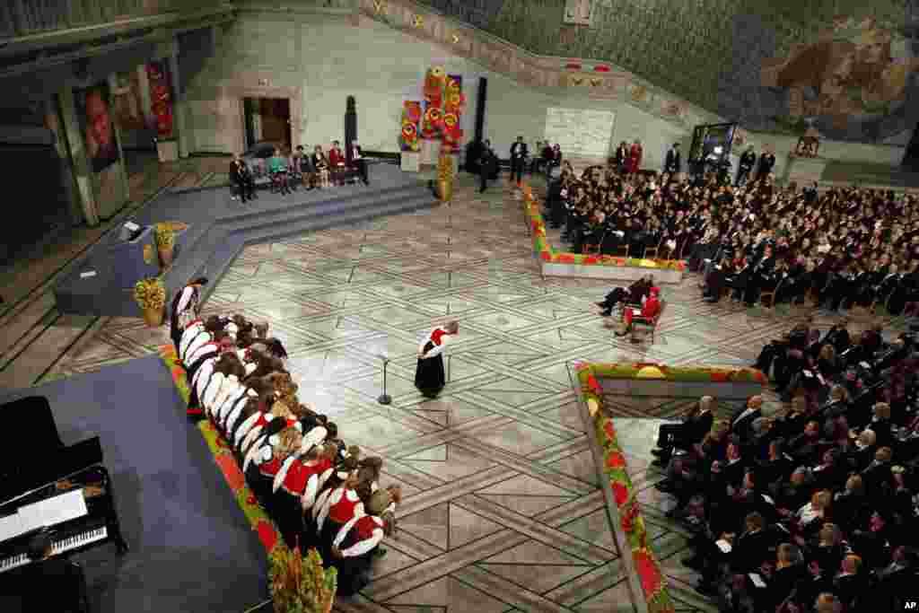 2010年諾貝爾和平獎頒獎典禮現場,主席台上的空椅子是留給劉曉波的。挪威國王和王后坐在大廳中間(2010年12月10日)