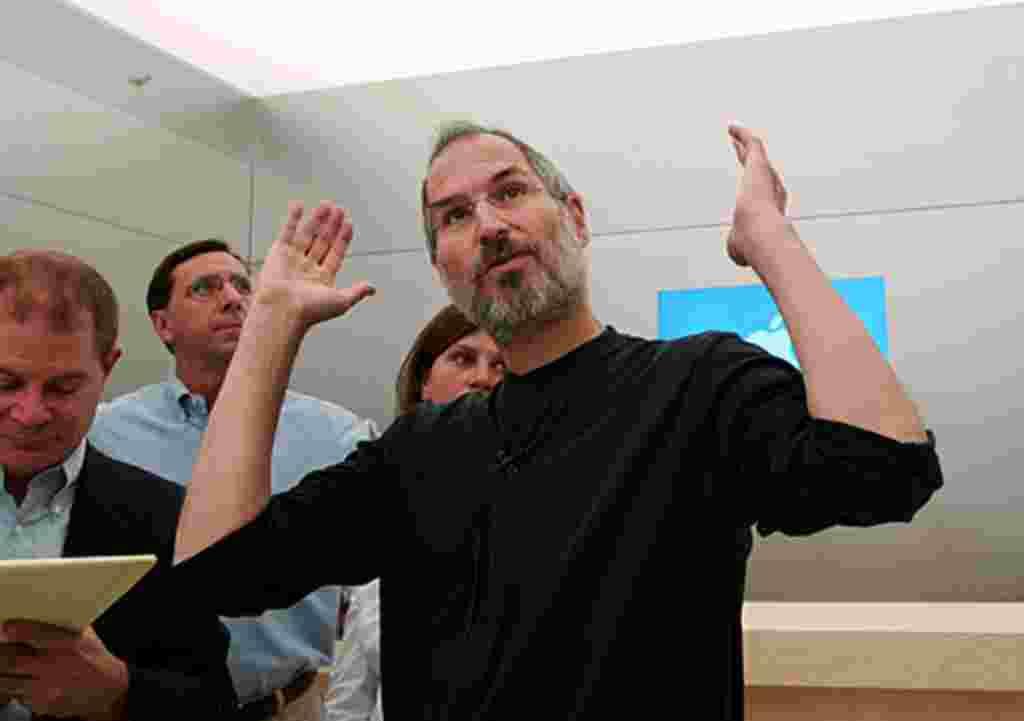 استیو جابز کمی پس از عمل جراحی سرطان لوزه المعده در «پالو آلتو» در کالیفورنیا همراه با همکاران در سال ۲۰۰۴