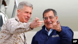 Командующий силами США в Африке генерал Томас Вальдхаузер (слева)