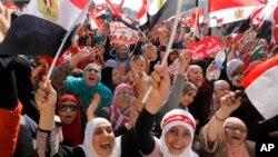 1일 이집트 카이로의 여성 시위대가 무르시 대통령과 야당 지도자들에게 48시간 대토론회를 제안한 군부의 최후통첩에 환호하고 있다.