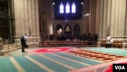 祷告毯横铺在十字形教堂大殿的耳堂,位于圣坛侧面。这样,礼拜者能够面朝麦加所在的方向,但又不会看见基督教的象征。(美国之音索科洛夫斯基拍摄)