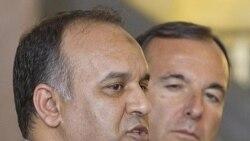 نخست وزیر ایتالیا و معاون شورای ملی انتقال در کنفرانسب در رم. ۲۲ ژوییه ۲۰۱۱