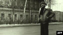 Андрей Тарковский около дома на Щипке