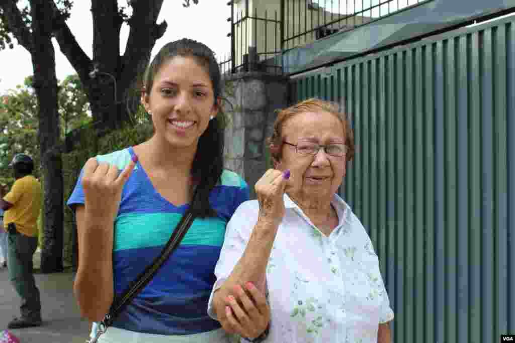 Dos generaciones de mujeres se unen para salir a votar por el nuevo presidente que dirigirá el destino de Venezuela. [Foto: Iscar Blanco, VOA]