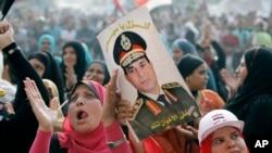 Tahrir Meydanında ordu komutanı General el-Sisi'nin posteriyle askeri müdaheleyi destekleyen göstericiler