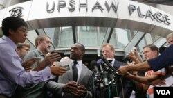 En el anuncio, hecho frente a la Asociación de Jugadores de la NFL, estuvieron presentes el líder del sindicato DeMaurice Smith y los propietarios de varios equipos.