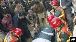 ຕຳຫຼວດປາກິສຖານ ຫາມຫີບສົບເຈົ້າແຂວງໆປັນຈາບ ທ່ານ Salman Taseer ບໍ່ດົນກ່ອນຈະຖືກຝັງ ທີ່ສຸສານນະຄອນລາຮໍ (5 ມັງກອນ 2011)