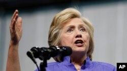 Hillary Clinton dijo haber pedido a sus simpatizantes que donen a la Cruz Roja para ayudar en la recuperación en la zona del desastre.