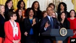 Varias mujeres, entre ellas la consejera presidencial Valerie Jarrett (izq.) acompañaron al presidente durante el acto en la Casa Blanca.