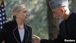 Ngoại trưởng Hoa Kỳ Hillary Clinton và Tổng thống Afghanistan Hamid Karzai tại cuộc họp báo ở Kabul, ngày 7 tháng 7, 2012