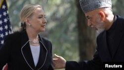 Hillary Clinton y el presidente afgano, Hamid Karzai, este sábado en Kabul.