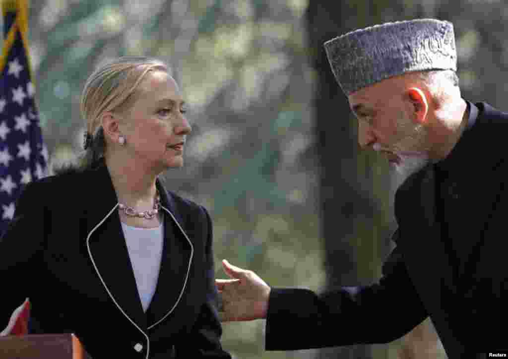 Hillary Clinton y el presidente afgano, Hamid Karzai, este sábado en la visita sorpresa a ese país, que fue nombrado mejor aliado exterior a la OTAN por parte de EE.UU.