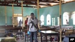 Cảnh sát Kenya tại nhà thờ của Giáo hội Inland Phi Châu ở Garissa, ngày 1/7/2012