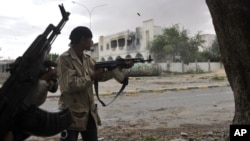 Hiện không rõ những tay súng thuộc tổ chức nào, dù nhật báo Libya Herald loan tin những người này là chiến binh Nhà nước Hồi Giáo.