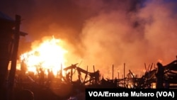 Incendie gigantesque à Irambo, Bukavu, Sud-Kivu, 17 août 2018. (VOA/Erneste Muhero)