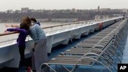 Sebuah keluarga di atas kapal pesiar Carnival di New York, AS.