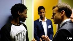 Le président français Emmanuel Macron parle à Ahmed Adam, originaire du Soudan, à Croissiles, le 16 janvier 2018.