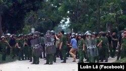 Dân làng đối mặt với cảnh sát, công an.