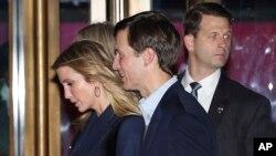 Ivanka Trump y su esposo Jared Kushner salen del Club 21 en Manhattan, luego de cenar con el presidente electo Donald Trump el martes 15 de noviembre.