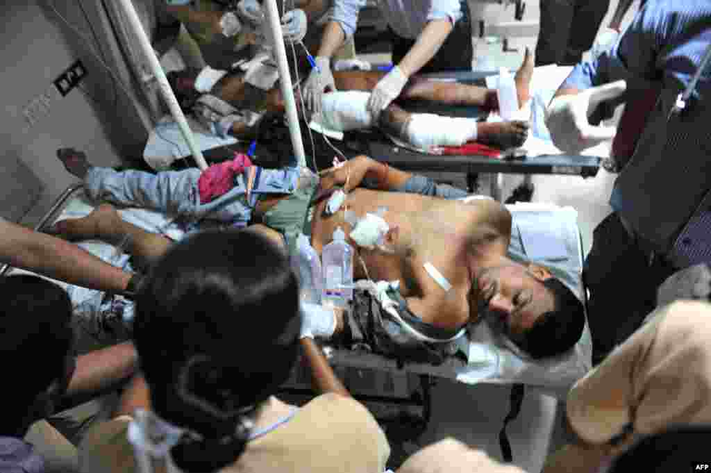 Indian medical staff treat the injured at the Omini hospital Kothapet in Hyderabad, February 21, 2013.