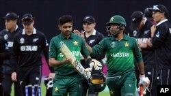 پاکستانی ٹیم کے کپتان سرفراز احمد اور بابر اعظم نیوزی لینڈ کے خلاف میچ جیتنے کے بعد واپس جا رہے ہیں