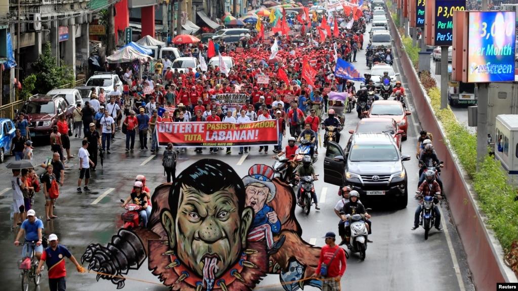 Hình nộm của Tổng thống Philippines Rodrigo Duterte và Tổng thống Mỹ Donald Trump được các nhóm chống đối mang đi trong cuộc tuần hành ở Manila, chống kế hoạch lập chính phủ cách mạng của ông Duterte, ngày 30/11/2017.