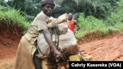 Un transporteur de minerais à Butembo, dans le Nord-Kivu, RDC, 20 avril 2015. (VOA/Charly Kasereka)
