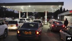 Motorists wait to fill up their tanks at a fuel station in Harare, Tuesday, Oct, 9, 2018. As Zimbabwe plunges into its worst economic crisis in a decade, gas lines are snaking for hours and prices are spiking.