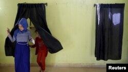 Une femme quitte l'isoloir après avoir voté à Tifelt, près de Rabat, au Maroc, le 4 septembre 2015.