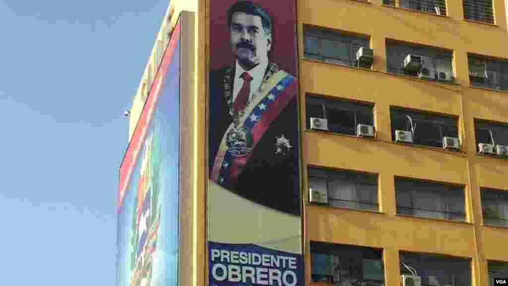 El gobierno de Nicolás Maduro promueve la ideología del gobierno constantemente en los espacios públicos de las ciudades venezolanas. [Foto: Carolina Alcalde/VOA]
