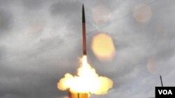 Lanzamiento de prueba de un misil del avanzado sistema de defensa antiaérea de gran altitud conocido como THAAD.