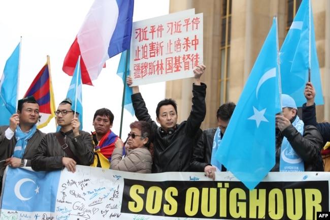 法國的維吾爾族和藏族示威者2019年3月24日在巴黎的托克羅德羅廣場遊行,抗議習近平。