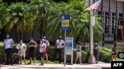 Njerëzit presin në radhë për tu testuar për koronavirusin në Miami Beach, Florida