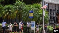 Người dân ở Florida đợi xét nghiệm COVID-19.