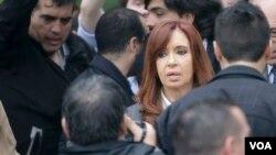 Ni Cristina Fernández ni su hijo se han pronunciado sobre estas nuevas acusaciones. La ex presidenta de Argentina afirma que es víctima de persecución política.