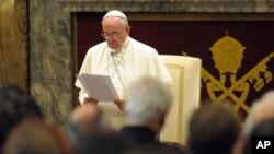 El papa Francisco lee su discurso sobre el internet a los miembros del Instituto Dignitatis Humanae en el Vaticano.