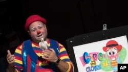 Cyrus Zaveih, terkenal sebagai Cido the Clown, berpose. Orang-orang yang melakukan kejahatan dengan berpakaian badut bukan hal sepele bagi para badut. Beberapa badut yang tampil di pesta atau acara pribadi mengeluh pesanan untuk jasa mereka menurun.