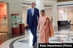 U.S. Secretary of State John Kerry and Indian Minister of External Affairs Shushma Swaraj head to a bilateral meeting at the Jawarhalal Nehru Bhawan in New Delhi, Aug. 30, 2016.
