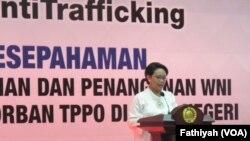 Menteri Luar Negeri Retno Marsudi, memberikan sambutan pada acara penandatanganan nota kesepahaman soal Koalisi Anti Trafficking di Kementerian Luar Negeri, 23 Agustus 2016 (Foto: VOA/Fathiyah)