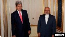 Menlu AS John Kerry (kiri) dan Menlu Iran Javad Zarif saat bertemu di Wina, Austria, 23 November lalu (foto: dok).