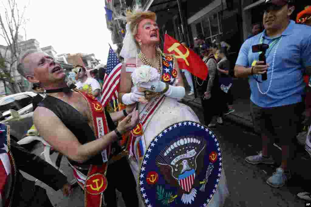 """В этом году фестиваль не обошелся без политики - у участников карнавала на ленте надпись """"Мистер и миссис Трамп-Путин"""""""