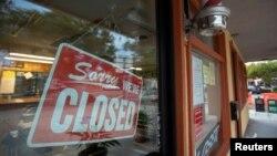 Một tiệm cắt tóc nam đóng cửa theo lệnh phong tỏa mới ở Nam California ở Encinitas, California, ngày 7 tháng 12, 2020.