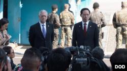 美国防长马蒂斯与韩国防长2017年10月27日访问非军事区 (美国国防部照片)