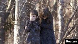 Anak-anak menunggu di luar SD Sandy Hook, Newtown, Connecticut, setelah penembakan massal Jumat (14/12). (Reuters/Michelle McLoughlin)