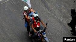 Un manifestante herido es socorrido por miembros de la Cruz Verde durante una manifestación el 5 de junio en Caracas.