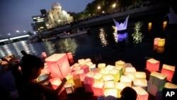 일본 히로시마 원폭 투하 70주년을 맞은 지난해 8월 6일, 희생자들을 애도하기 위해 히로시마의 '원폭 돔'을 찾은 시민들이 등에 강에 띄우고 있다. (자료사진)