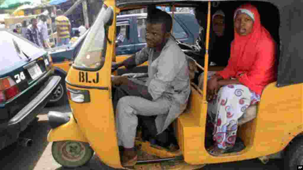 Wata fasinja a cikin keken NAPEP, ko a-daidaita-sahu, su na tsaye cikin go-slow a Maiduguri, Jihar Borno.