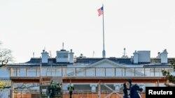 Des ouvriers construisent un stand d'observation devant la Maison Blanche pour la cérémonie d'investiture prévue le 20 janvier 2020 à Washington, aux États-Unis. Photo prise le 28 novembre 2020.