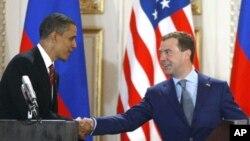 지난 2010년 4월 체코 프라하에서 러시아와 미국간 새 전략무기감축협정(START) 이행을 체결한 바락 오바마 미국 대통령(왼쪽)과 드미트리 메드베데프 러시아 대통령. (자료사진)